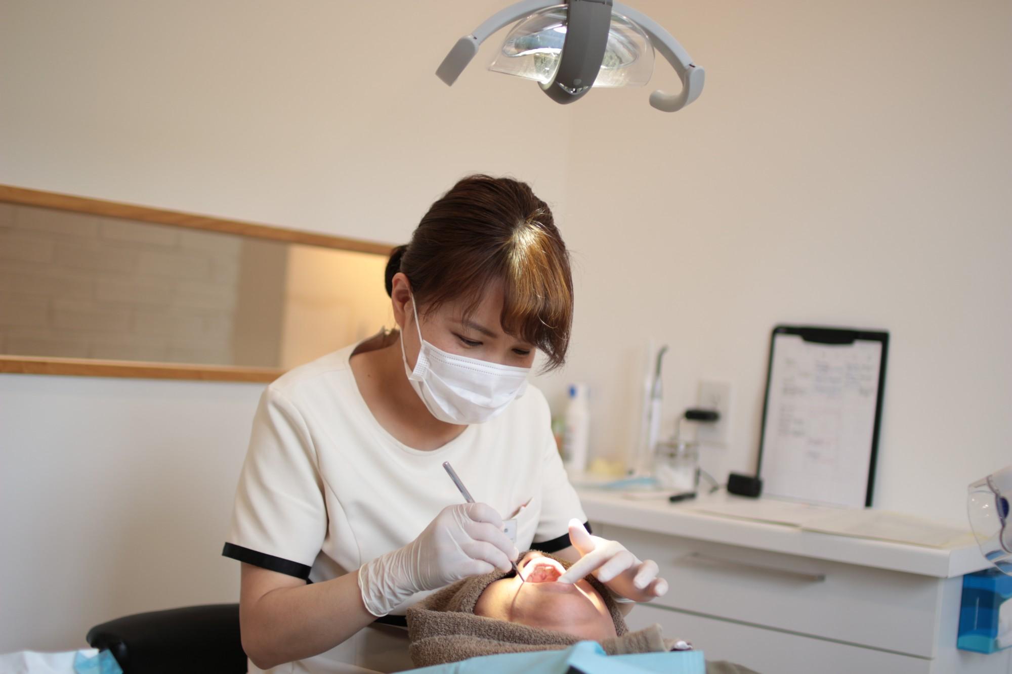 歯科衛生士が治療する様子
